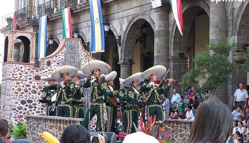 メキシコで話題のコラボ 初音ミクと「マリアッチ」