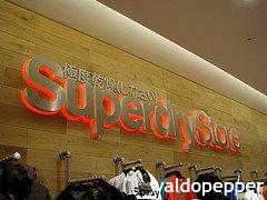 外国人が日本ブランドと勘違い 英ファッションブランド「スーパードライ」、世界で人気の秘密