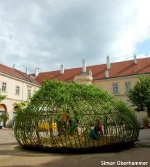 ウィーンに斬新すぎる「カゴ砂場」が登場 童謡「かごめかごめ」からインスピレーション