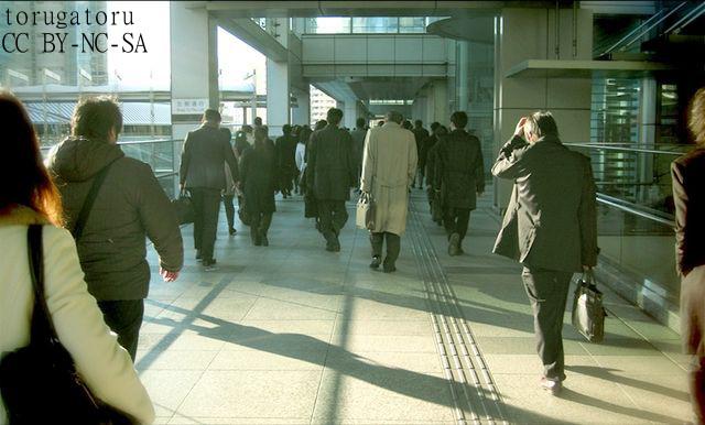 """""""悲しいサンドバッグ""""日本のサラリーマン、脱長時間労働、生産性向上を実現できるか"""