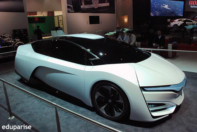 ホンダの新燃料電池車、海外で好評価 トヨタ「ミライ」、テスラEVとの比較も