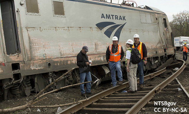 """アムトラック脱線事故:""""日本の鉄道システム導入で信頼性回復"""" 米誌提言"""