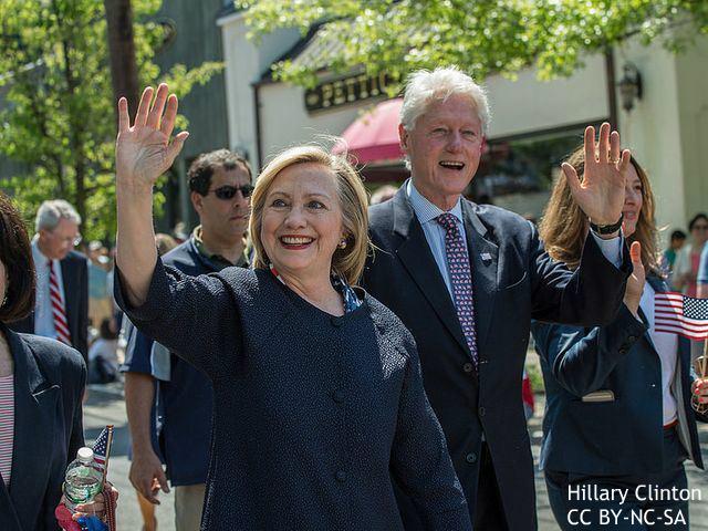 大統領選:二極化進む米国、クリントン氏に逆風か 金銭スキャンダルも発覚