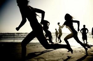 640px-Girls_running_on_the_beach_(62902)